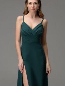 Зеленое длинное платье на бретелях с разрезом