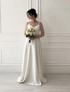 Молочное длинное платье на бретелях и ассиметричным разрезом на бедре
