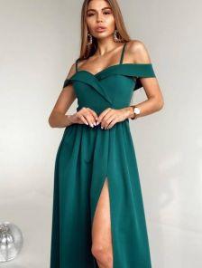 Нарядное зеленое платье с открытыми плечами