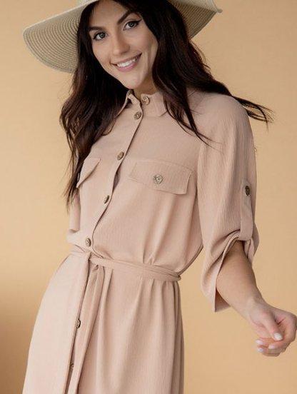 Летнее стильное платье-рубашка бежевого цвета, длины миди, фото 1