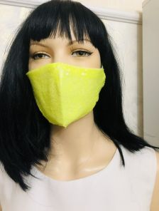 Ярко-желтая маска с паетками