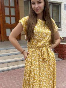 Летнее желтое штапельное платье с цветочным принтом