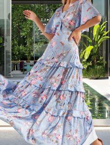 Длинное шелковое платье небесно-голубого цвета с коротким летящим рукавом