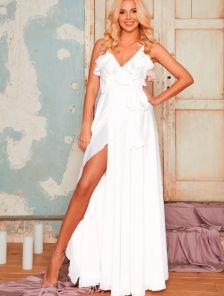 Нарядное белое длинное платье с воланами