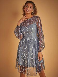 Блестящее нарядное короткое синее платье с принтом в перья