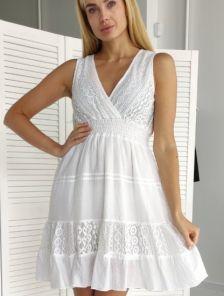 Короткое белое хлопковое платье с кружевными ставками