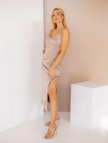 Элегантное нарядное бежевое атласное платье с разрезом