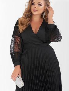 Нарядное черное платье с плиссированной юбкой и гипюровым рукавом