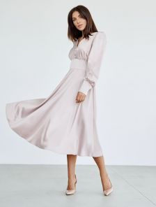 Блестящее атласное платье миди длины пудрового цвета