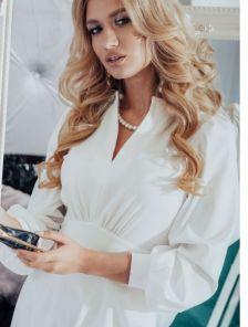 Белое вечернее платье на длинный рукав с подчеркнутой талией