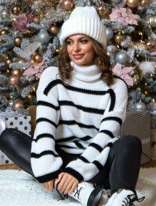 Бело-черный теплый свитер оверсайз с горловиной