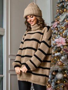 Коричневый теплый свитер оверсайз с горловиной