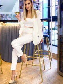 Современный женский белый брючный костюм