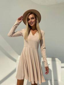 Короткое бежевое платье с юбкой со вставленными клиньями
