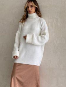 Теплый шерстяной свитер молочного цвета