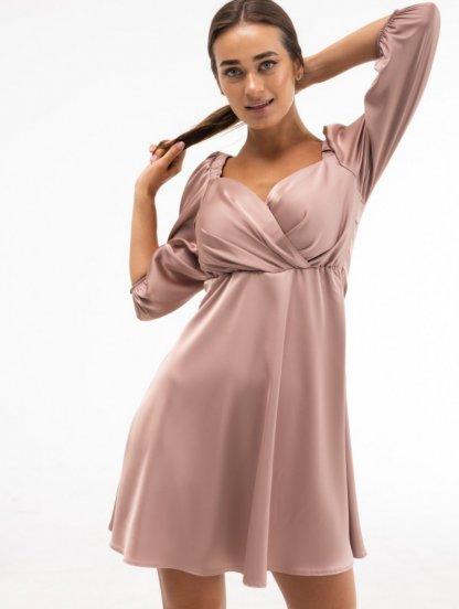 Нарядное короткое атласное платье цвета капучино с запахом и рукавом 3/4, фото 1