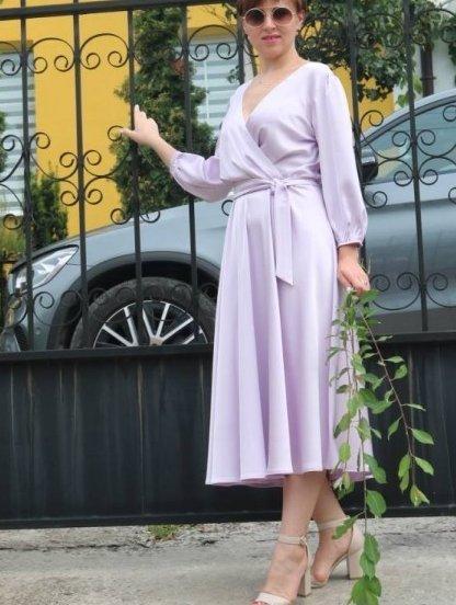 Нарядное лиловое атласное платье миди с запахом и рукавом 3/4, фото 1