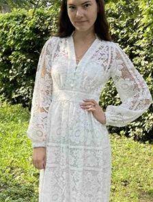 Летнее белое короткое кружевное платье с длинным рукавом миди длины