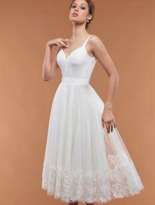 Молочное длинное платье миди с фатиновой юбкой и оборкой