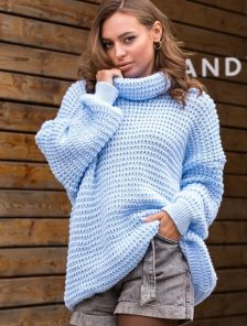 Голубой теплый свитер оверсайз с широкой горловиной