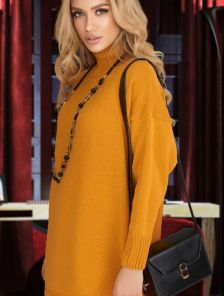 Горчичный удлиненный свитер оверсайз с широкий горловиной