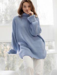 Теплый вязаный стильный свитер голубого цвета с горловиной
