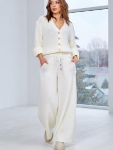 Теплый вязаный костюм молочного цвета