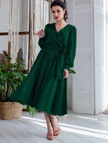 Нарядное зеленое шелковое платье с разрезом длины миди