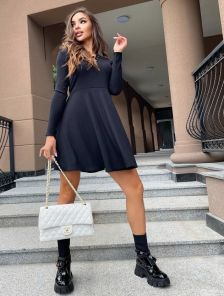 Короткое черное платье с пышной юбкой со вставленными клиньями
