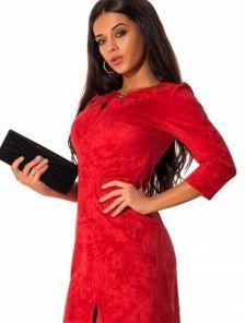 Стильное классическое платье из замши алого цвета с разрезом