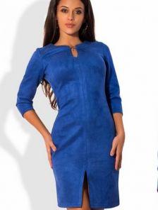 Стильное классическое платье из замши темно-синего цвета с разрезом