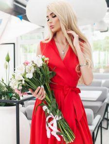 Эффектное платье на запах в красном цвете