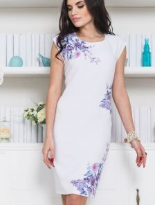 Легкое белое платье футляр с цветами