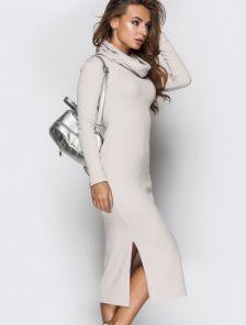 Уютное шерстяное платье молочного цвета с кокетливым разрезом