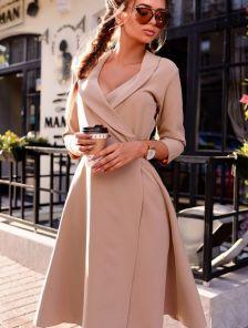 Нежное платье на запах с рукавами 3/4 в бежевом цвете