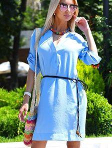 Летнее льняное платье свободного покроя в голубом цвете