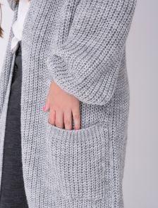 Уютный серый кардиган с мешковатым силуэтом и крупной вязкой