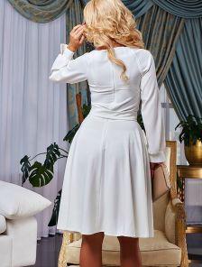 Белое коктейльное платье с длинными рукавами на манжетах