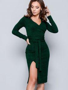 Зеленое платье из теплого зимнего трикотажа по фигуре с длинным поясом по линии талии