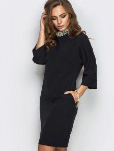 Черное короткое платье с бусинками по горловине