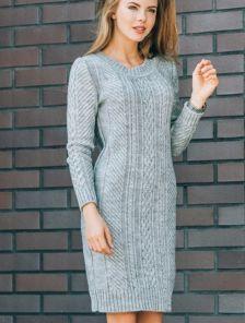 Теплое вязаное платье в светло-сером цвете