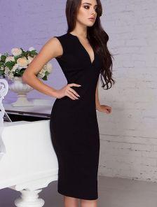 Черное  платье-футляр на короткий рукав с V-образным вырезом