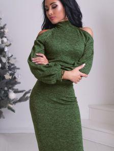 Теплое платье-гольф оливкового цвета с  вырезами на плечах