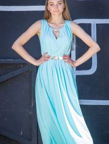 Длинное однотонное голубое платье на прогулку