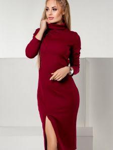 Бордовое платье облегающего силуэта в рубчик с эффектным разрезом
