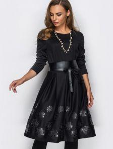 Трикотажное платье с аппликацией на юбке в виде кожаных цветов