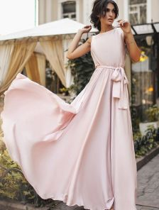 Праздничное длинное светлое шелковое платье без рукавов