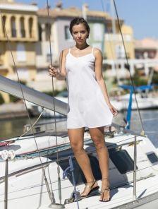 Платье -подкладка белого цвета на тонких бретелях
