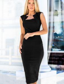 Черное платье-футляр с интересным вырезом на горловине