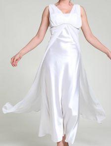 Длинное белое платье с драпировками на груди для выпускного бала